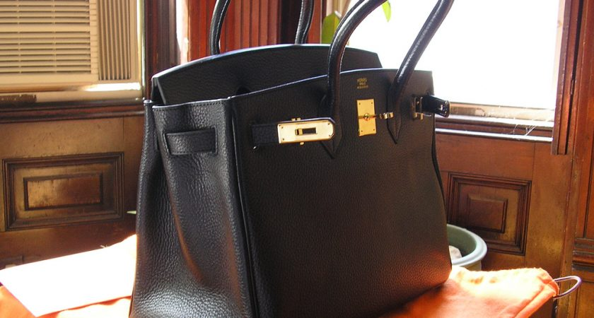 Why Replica Handbags Are Very Much Popular Presently?